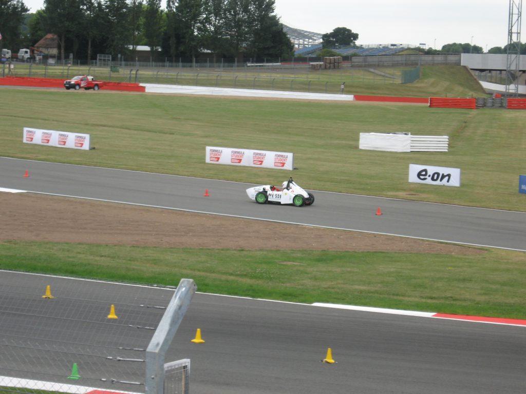 UPC ecoRacing ecoR2 compitiendo en el circuito de Silvertone durante la Formula Student 2010 en Inglaterra durante julio de ese mismo año.